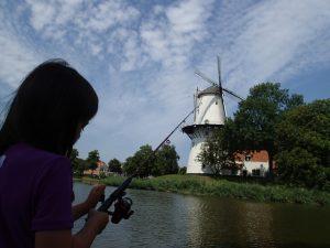 Ellen fisker i voldgraven omkring Middelburg, Holland
